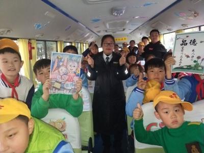 拒绝不文明行为  黄岛温馨校车举行流动道德讲堂活动