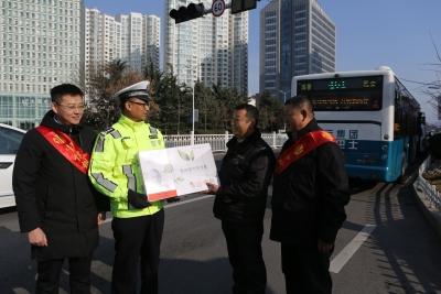 交警街頭隨機調查︰溫馨巴士駕駛員自制文明牌禮讓斑馬線禮100%