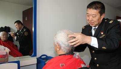 """走进崂山社会福利服务中心为老人送""""厚礼"""" 交运温馨巴士开展志愿者活动"""
