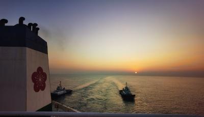 【初见!2020】引航员的新年曙光,20万吨大矿船停靠青岛港