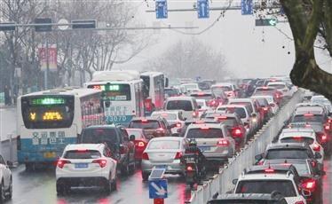 市委常委、副市长薛庆国同志到市应急指挥中心协调指挥低温雨雪天气应对措施