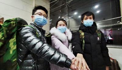 山东医疗队驰援湖北首日:前方成立临时党支部 队员拍视频为武汉加油