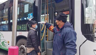 """返青客流增大 多条公交线路实行""""站外测温"""""""