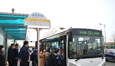 """233路公交延线首亮相引来好评不断 服务再近""""一公里"""""""