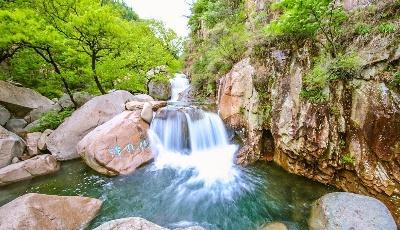 青岛旅游人:九水风景区内山泉淙淙,碧波如玉,满眼新绿