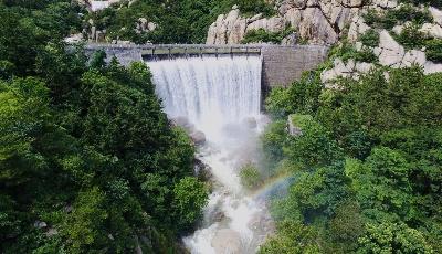 瀑布飛流直下,雨后嶗山現彩虹