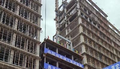 省内首例!420吨大跨度钢结构连廊77.8米高空整体提升就位