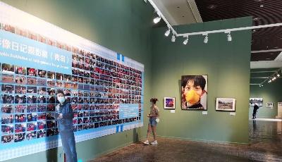 《面对——钱捍抗疫生活影像日记》摄影展在青岛市美术馆开展