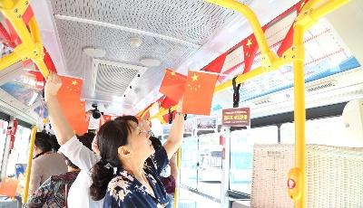 """""""姐妹班""""历代班长重聚2路线  车厢挂国旗重温公交往事"""
