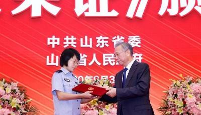省委省政府举行烈士光荣证颁授仪式
