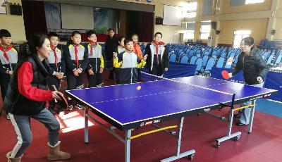 教师乒乓赛 学生当评委
