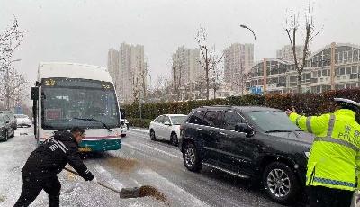温馨巴士全力迎战冰雪天气 保障市民安全出行
