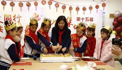 这所学校坚持了15年 每年为全校学生开生日派对