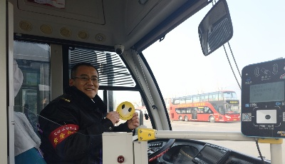 """629路""""微笑哥""""温暖车厢   温馨巴士启动""""微笑服务 驾乘和谐""""活动"""