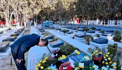 泪目!烈士墓前,鲜花满地