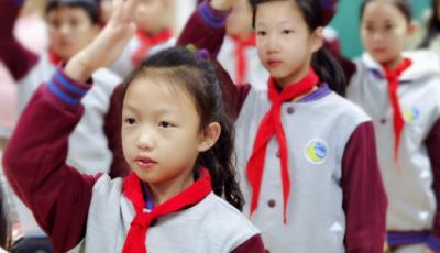 """与我一同""""云游""""  青岛文登路小学迎""""成长新起点·添彩红领巾""""开学第一课"""