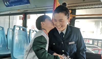 """萌娃现身公交场站为母亲庆""""三八""""  这份祝福暖化了"""
