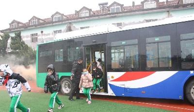 开学安全第一课 温馨巴士携手交警走进永和路小学