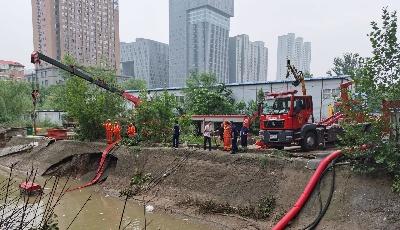 清淤近千平方米!青島消防支隊晝夜排澇溫情常在