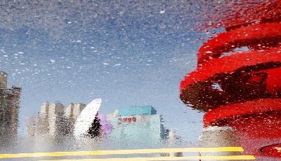 """真实的幻境:雨后城市的""""平行世界"""""""