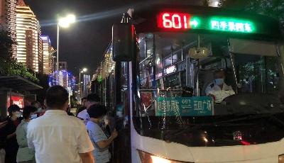 温馨巴士加密班次疏导灯光秀客流