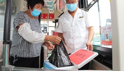 開海了,公交車上多了保鮮盒和購物袋