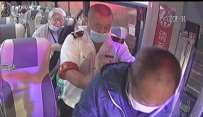 能离医院近一点是一点  公交车紧急改向与救护车上演速度与接力